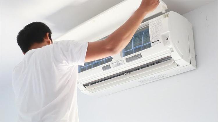 Không giống như những chiếc quạt điều hòa, quạt phun sương… mua về chỉ cần cắm điện là dùng được ngay, máy điều hòa không khí cần phải trải qua công đoạn lắp đặt mới có thể sử dụng được. Hầu hết chúng ta đều giao phó công đoạn này cho những người thợ lắp đặt.
